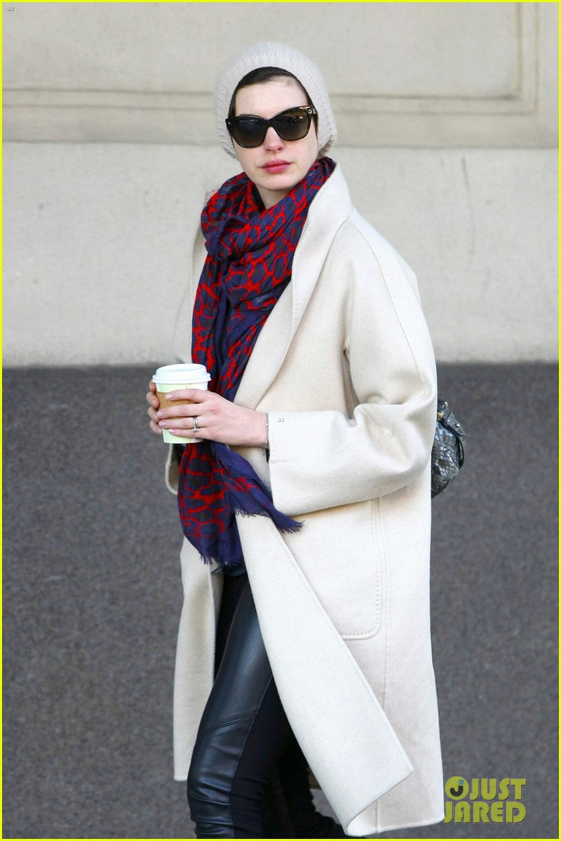 anne hathaway coffee stop after great american songbook gala 03
