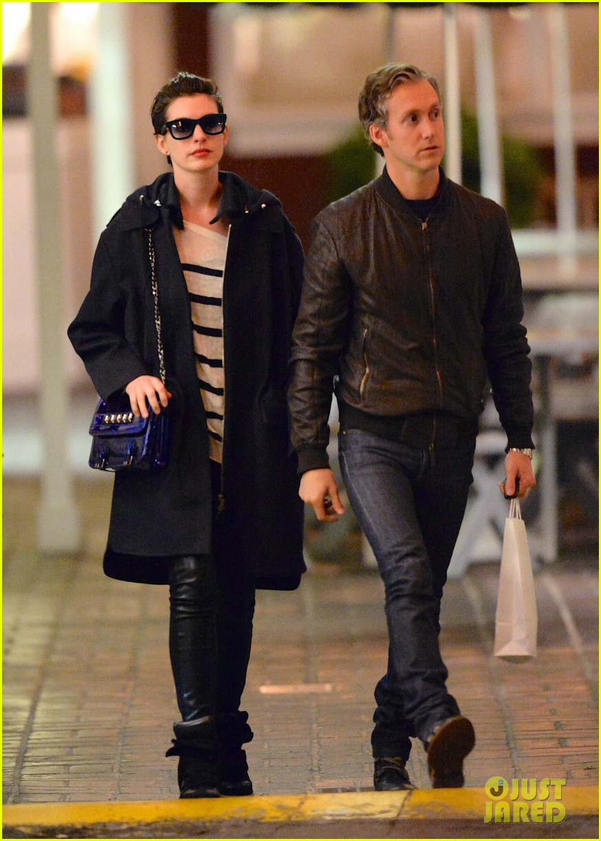 anne hathaway keeps cool on her date night with adam shulman 01
