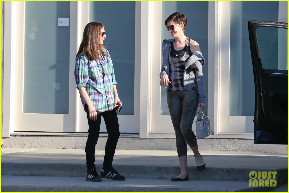 anne hathaway wears her workout gear for friendly visit 083060309