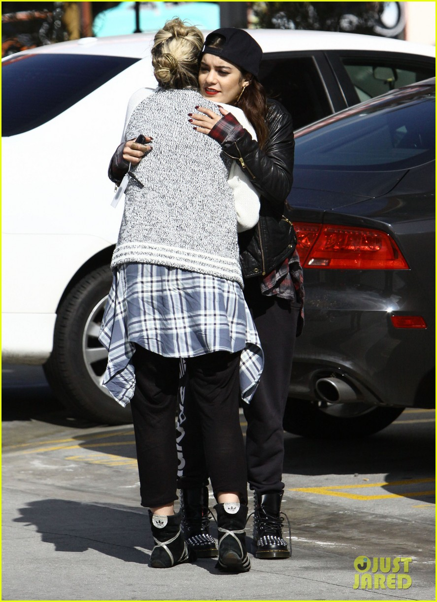 vanessa hudgens spends sunday with her pal 033050380