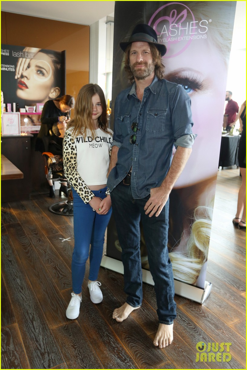 thomas jane goes barefoot at pre oscars lounge 03