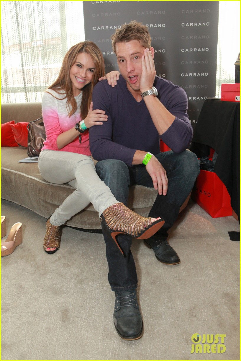 thomas jane goes barefoot at pre oscars lounge 113062385