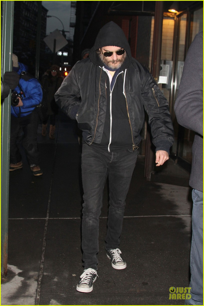 joaquin phoenix pays respects to philip seymour hoffman at mimi odonnell apartment 04