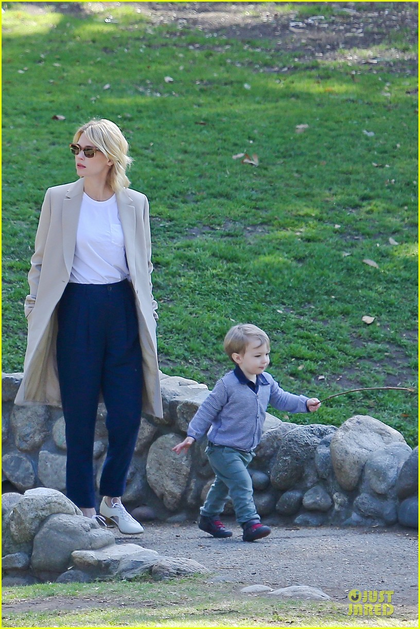 january jones eats broncos peyton manning during super bowl 2014 03