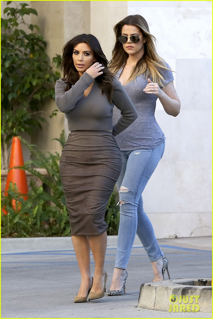 kim kardashian goes back to brunette hair steps out with sisters khloe kylie with new do 01