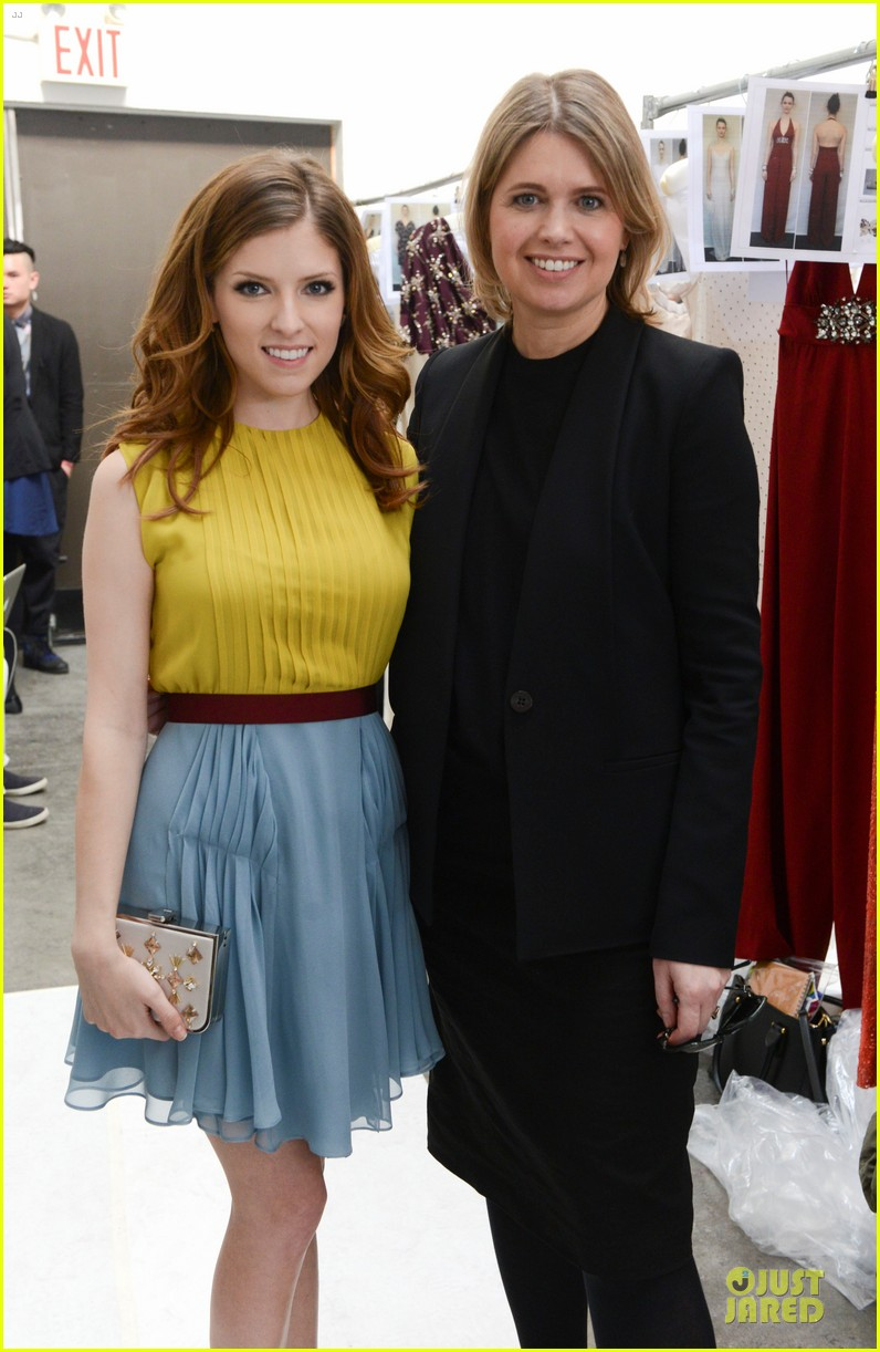 anna kendrick tory burch jenny packham fashion shows 04