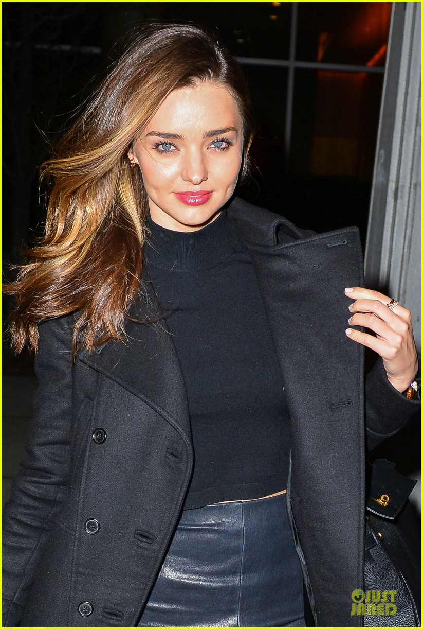miranda kerr shows off cleavage in black bra in front of a mirror 02
