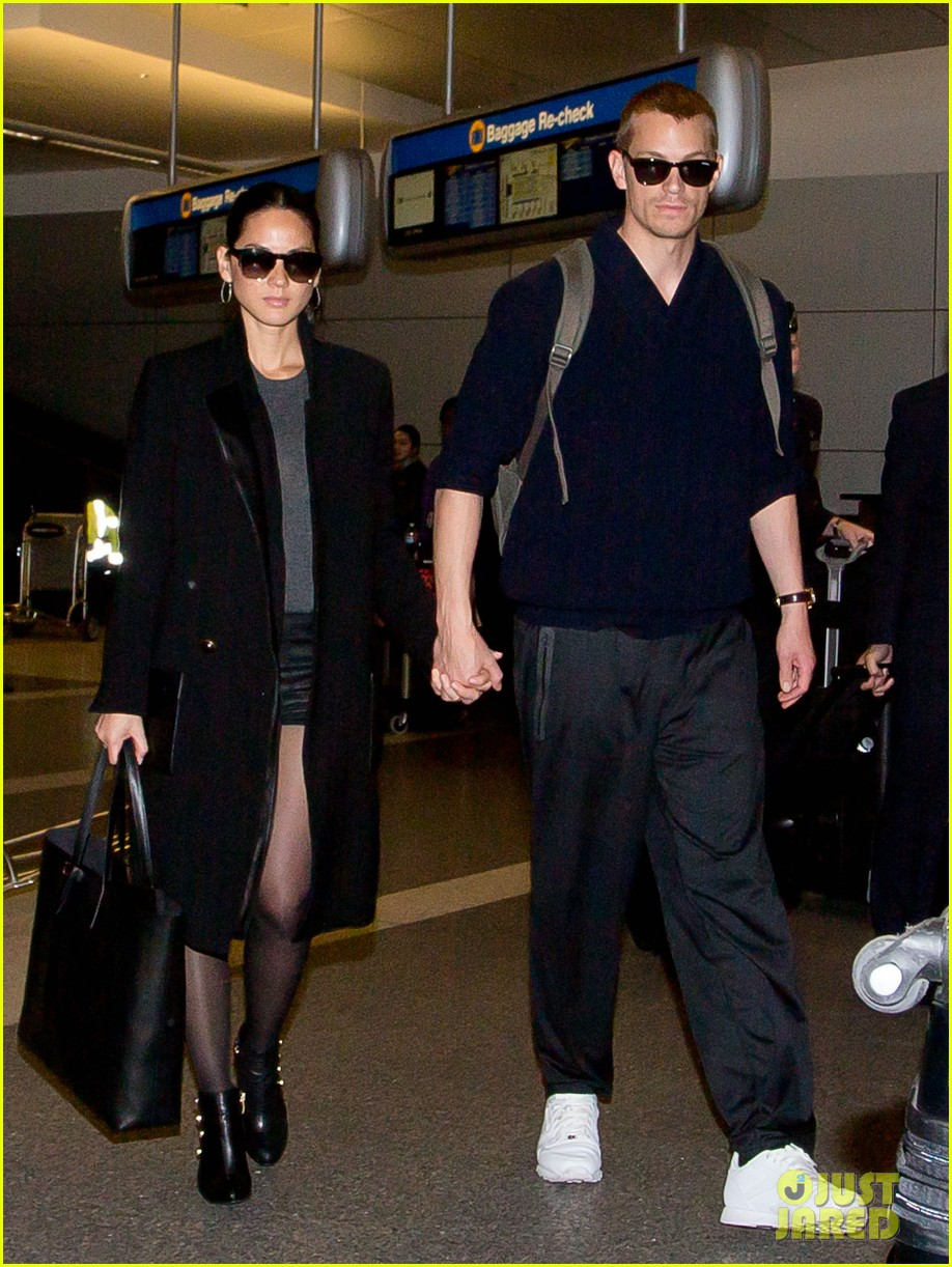 joel kinnaman sneaks in a kiss with olivia munn at lax 043050444