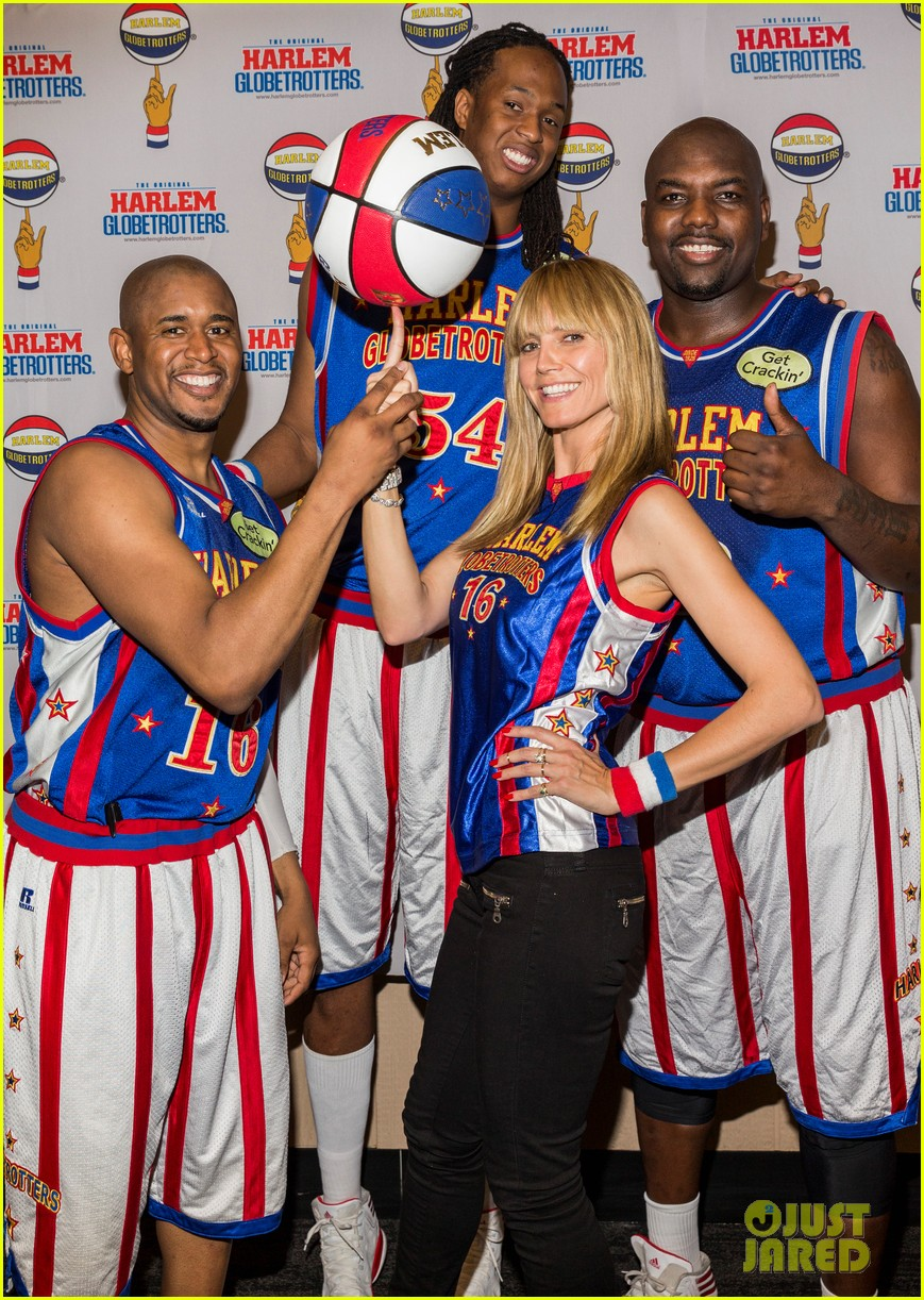 heidi klum has fun day with the harlem globetrotters 06