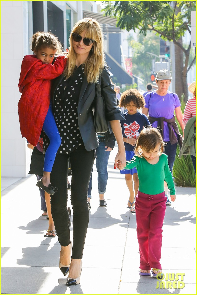 heidi klum has fun day with the harlem globetrotters 103055014