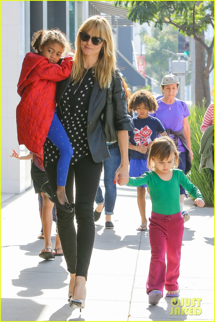 heidi klum has fun day with the harlem globetrotters 123055016