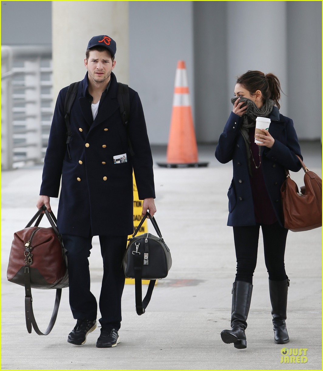 ashton kutcher mila kunis jacksonville airport departing couple 01