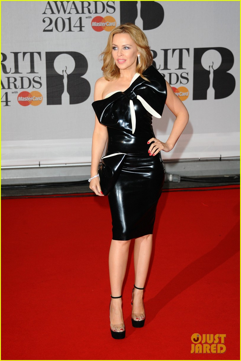 kylie minogue brit awards 2014 with sister danii 03