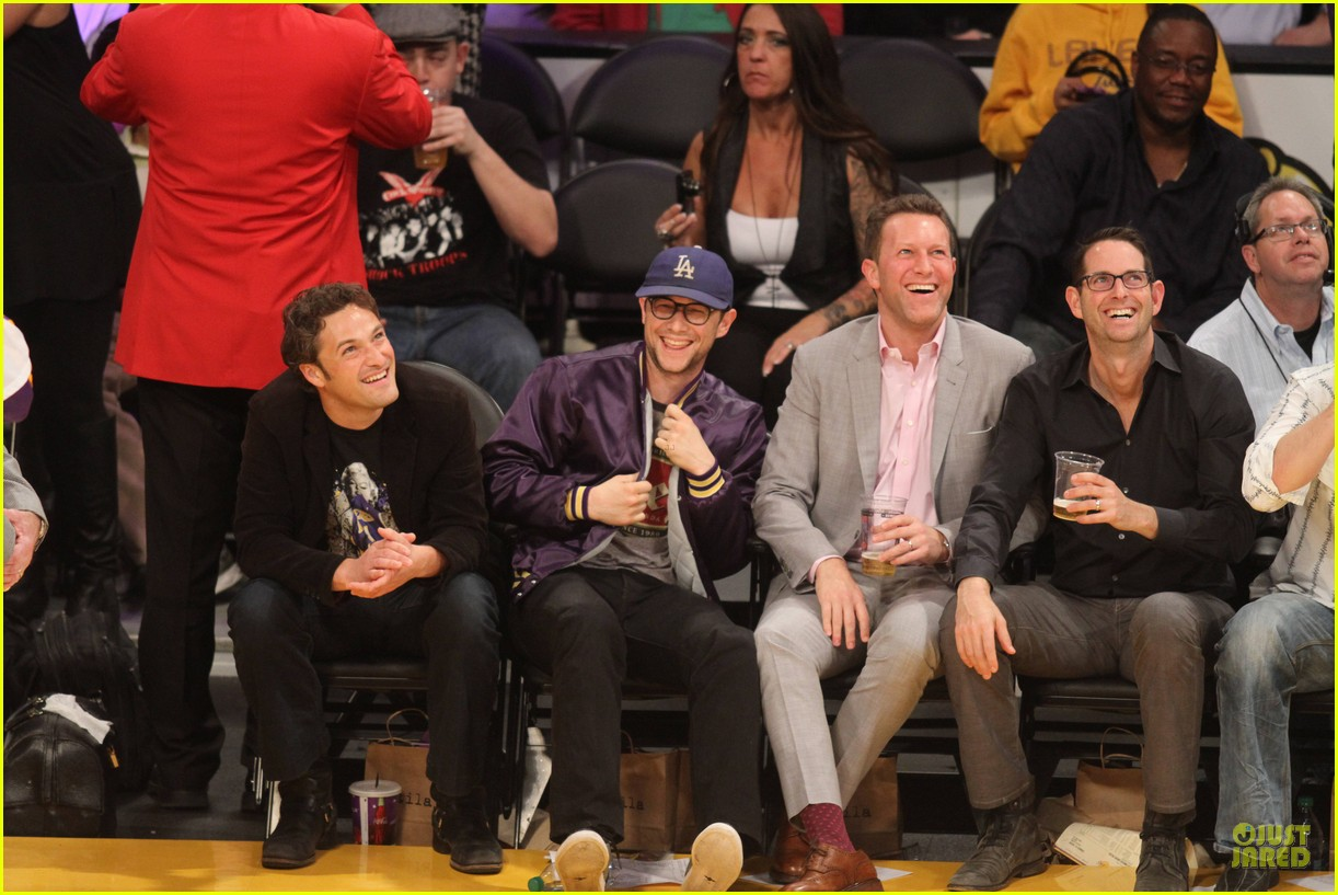 joseph gordon levitt laughs out loud at lakers game 02