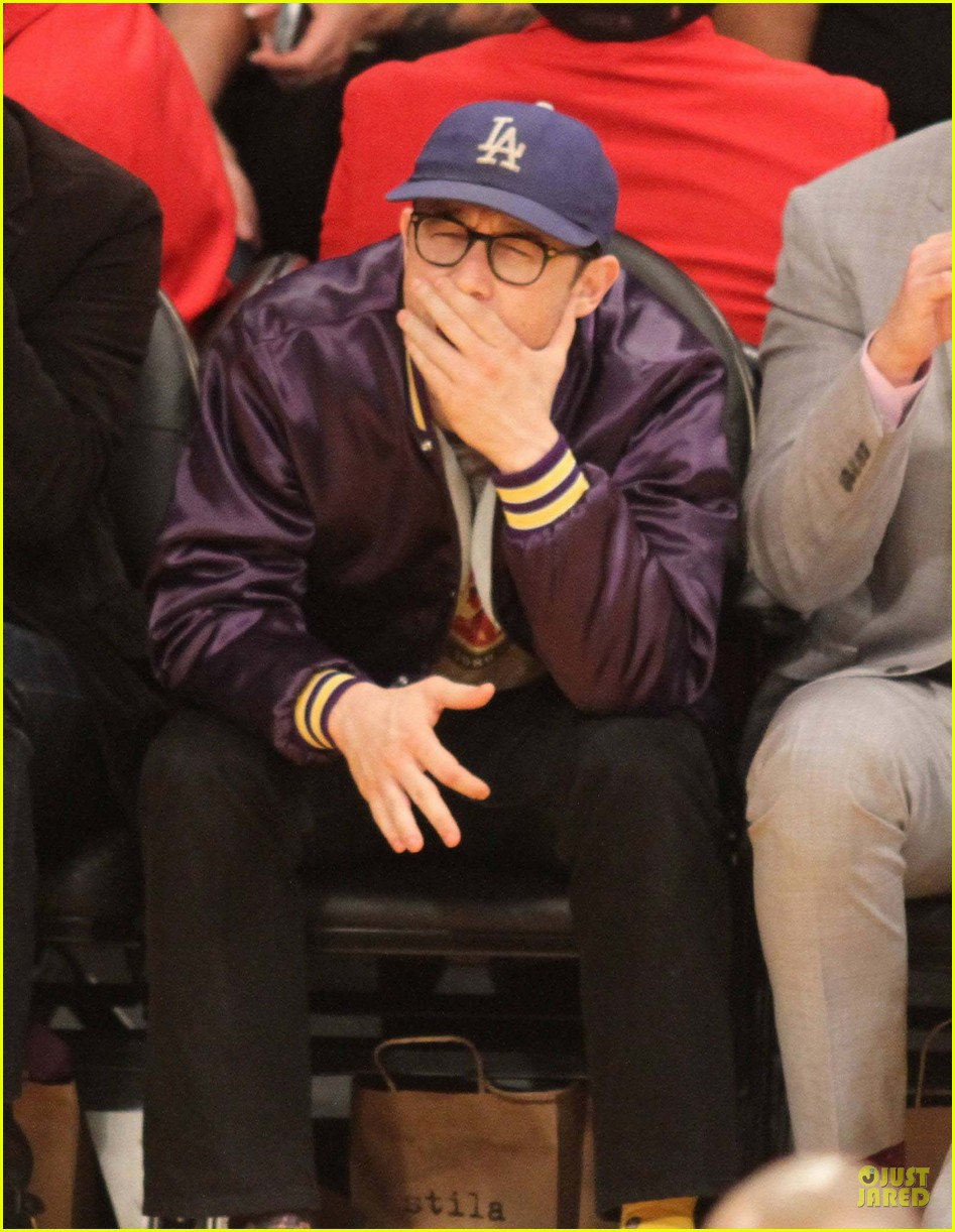 joseph gordon levitt laughs out loud at lakers game 03