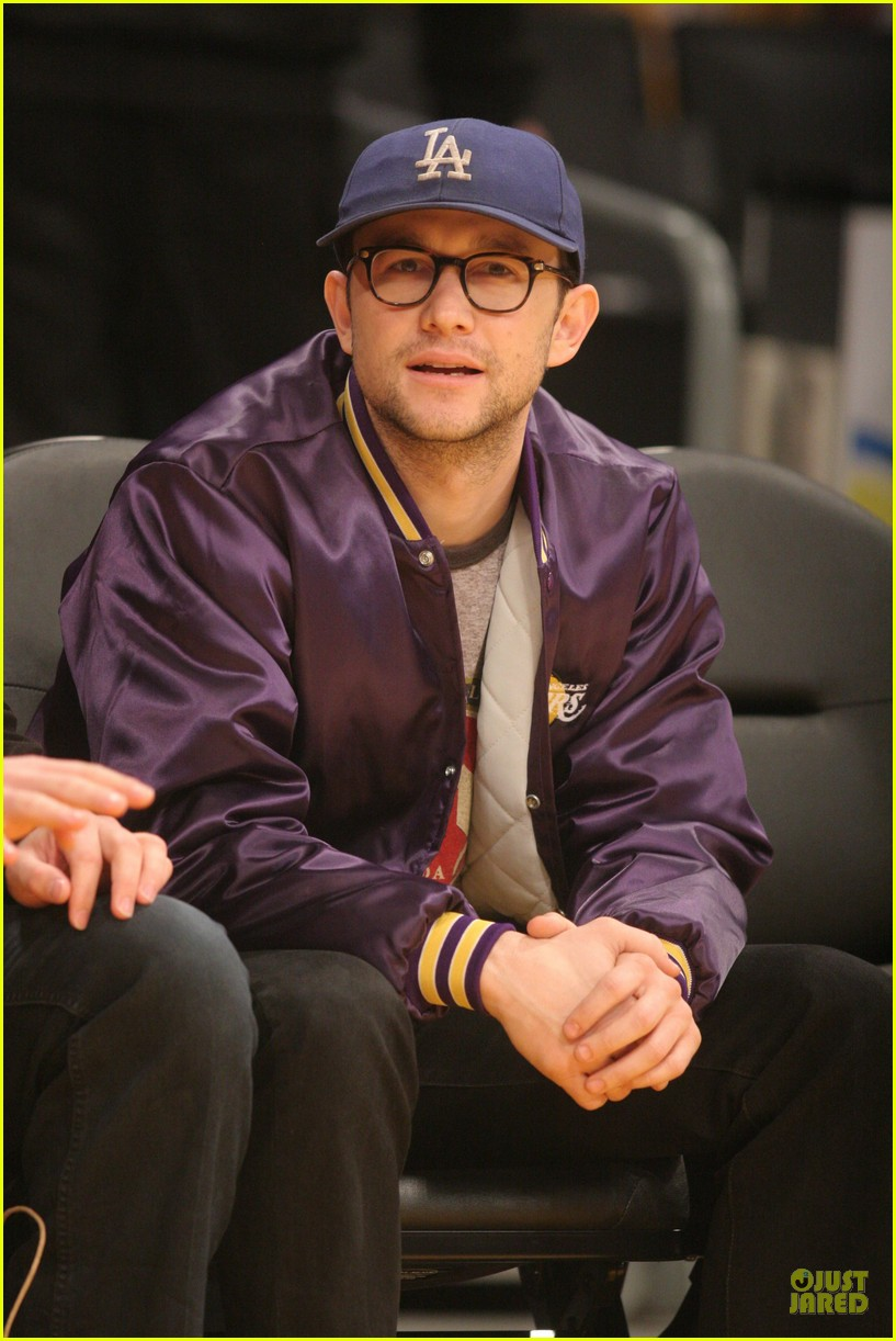 joseph gordon levitt laughs out loud at lakers game 06