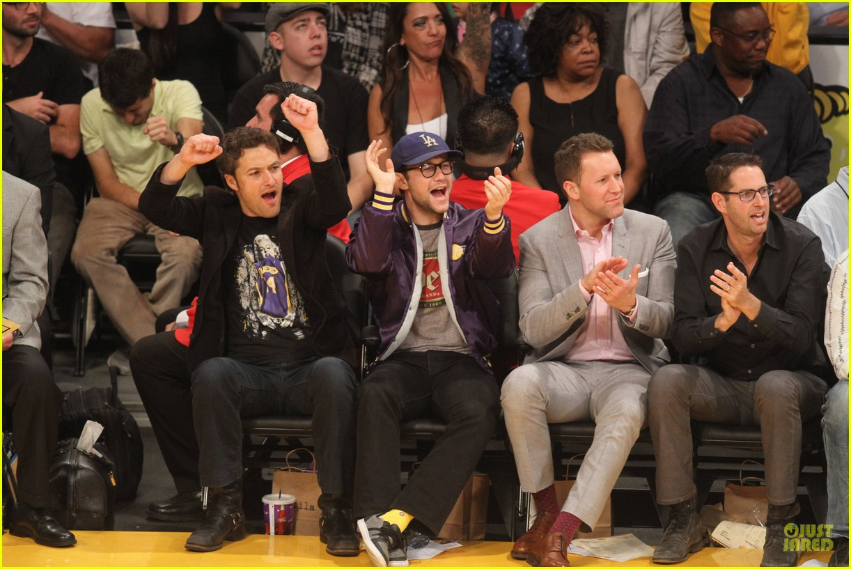 joseph gordon levitt laughs out loud at lakers game 14