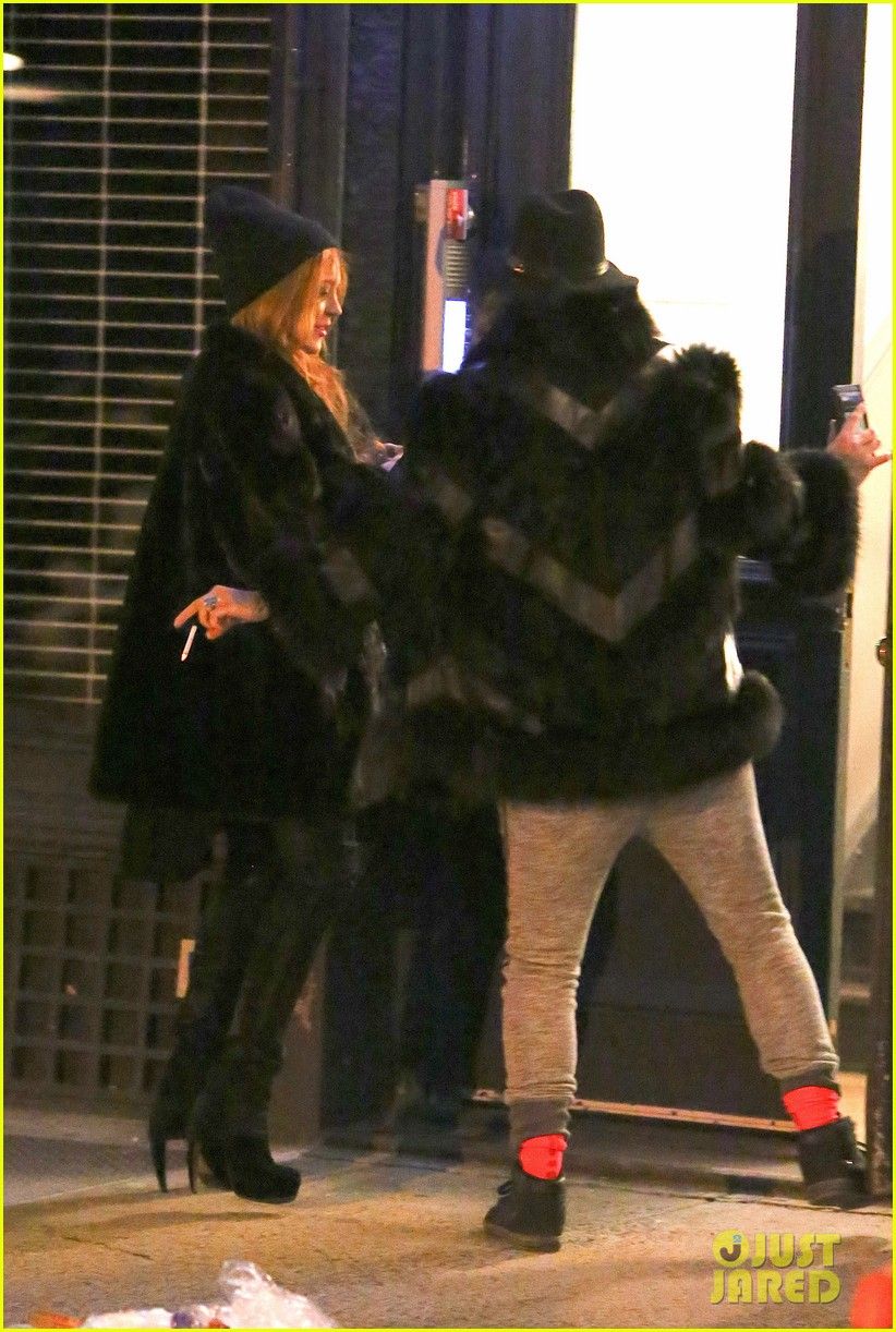 lindsay lohan poses with kim kardashian after losing bet to jimmy fallon 053055765