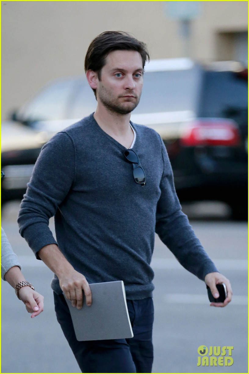 tobey maguire grabs dinner at crossroads 033056163