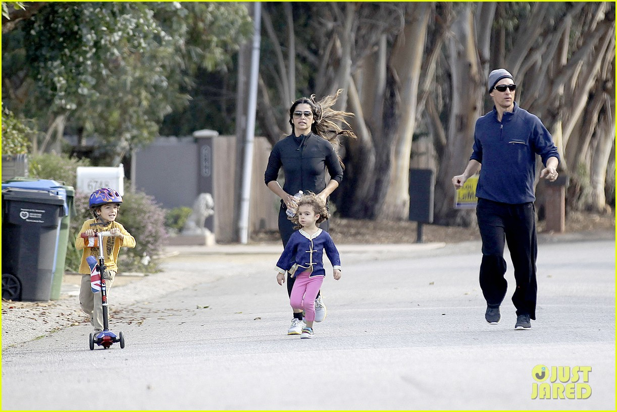 matthew mcconaughey his family work on their fitness together 193059001