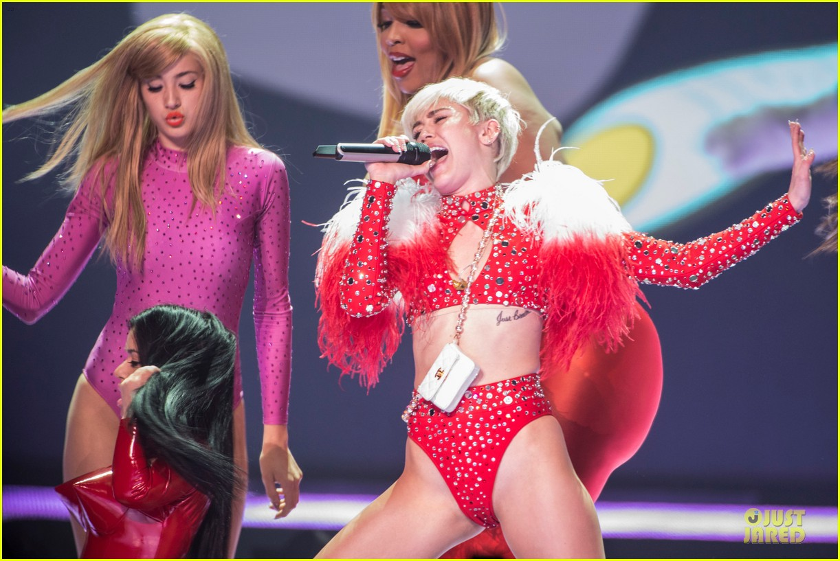 miley cyrus sticks out tongue on bangerz tour opening night 04