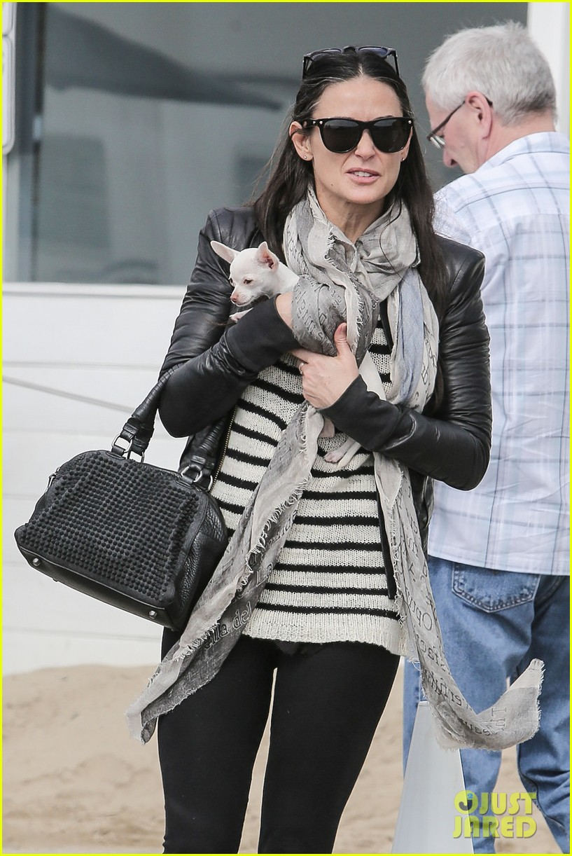 demi moore takes her tiny dog to yoga class 02