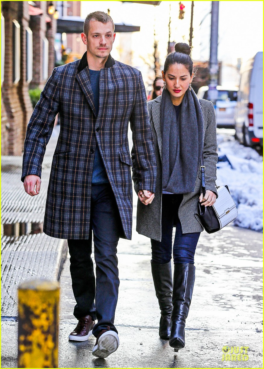 olivia munn joel kinnaman hold hands on wet valentines day 073053601