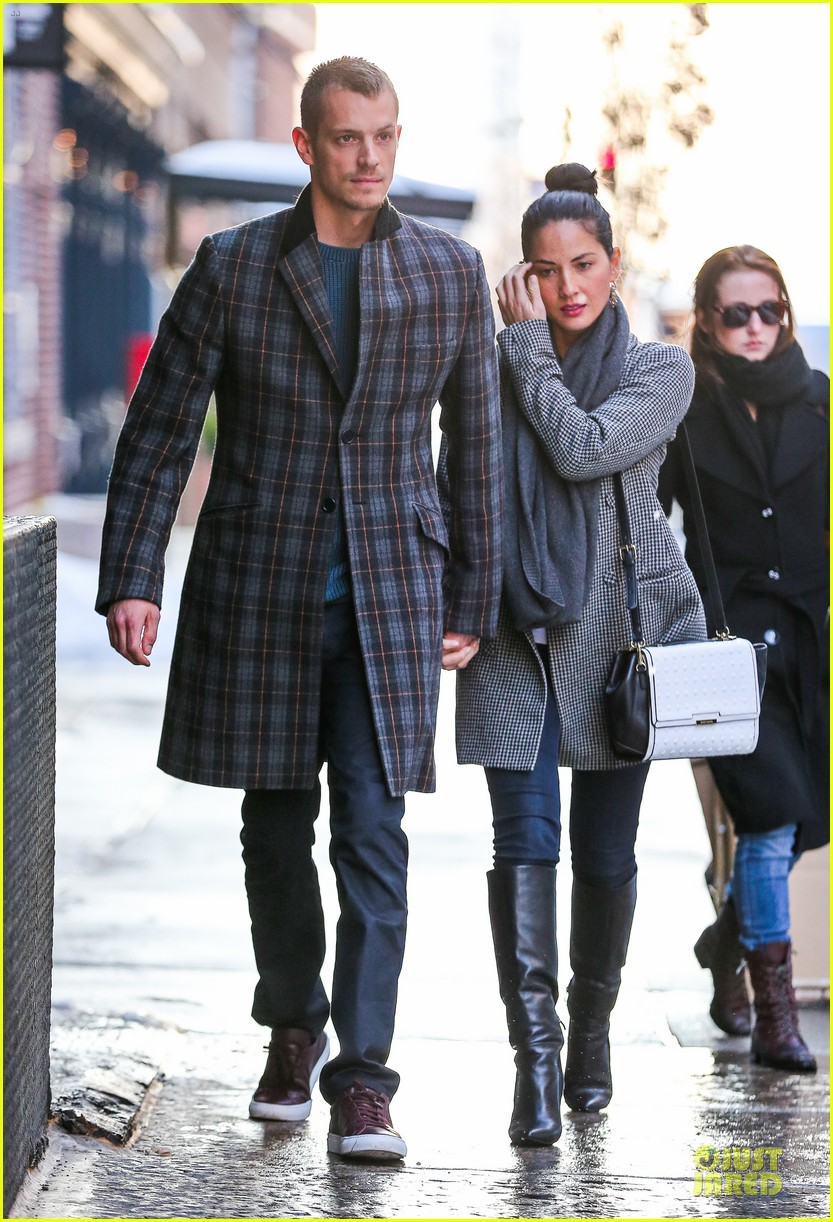 olivia munn joel kinnaman hold hands on wet valentines day 113053605