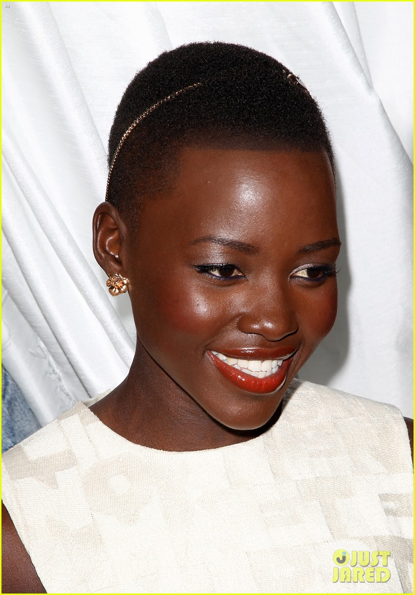 lupita nyongo makes a headband the perfect accessory 02