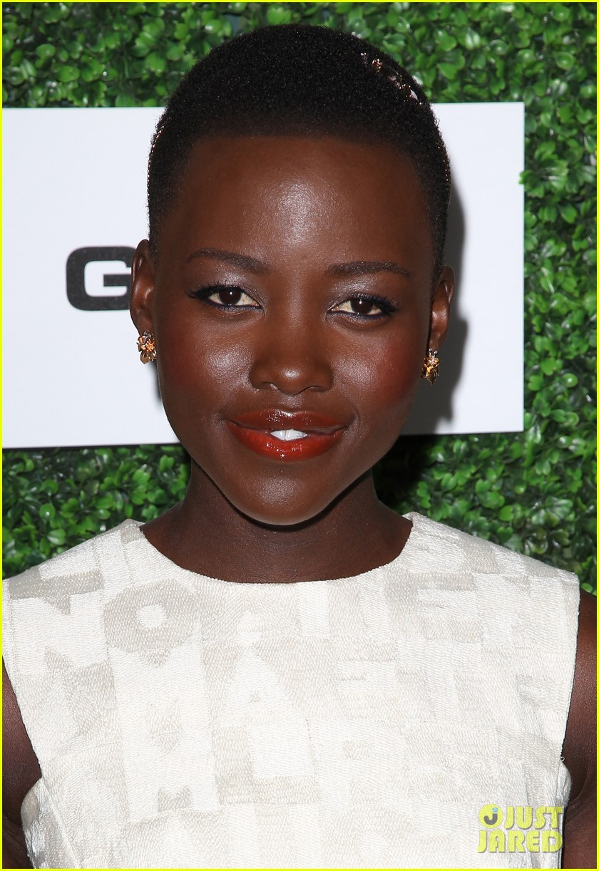 lupita nyongo makes a headband the perfect accessory 06