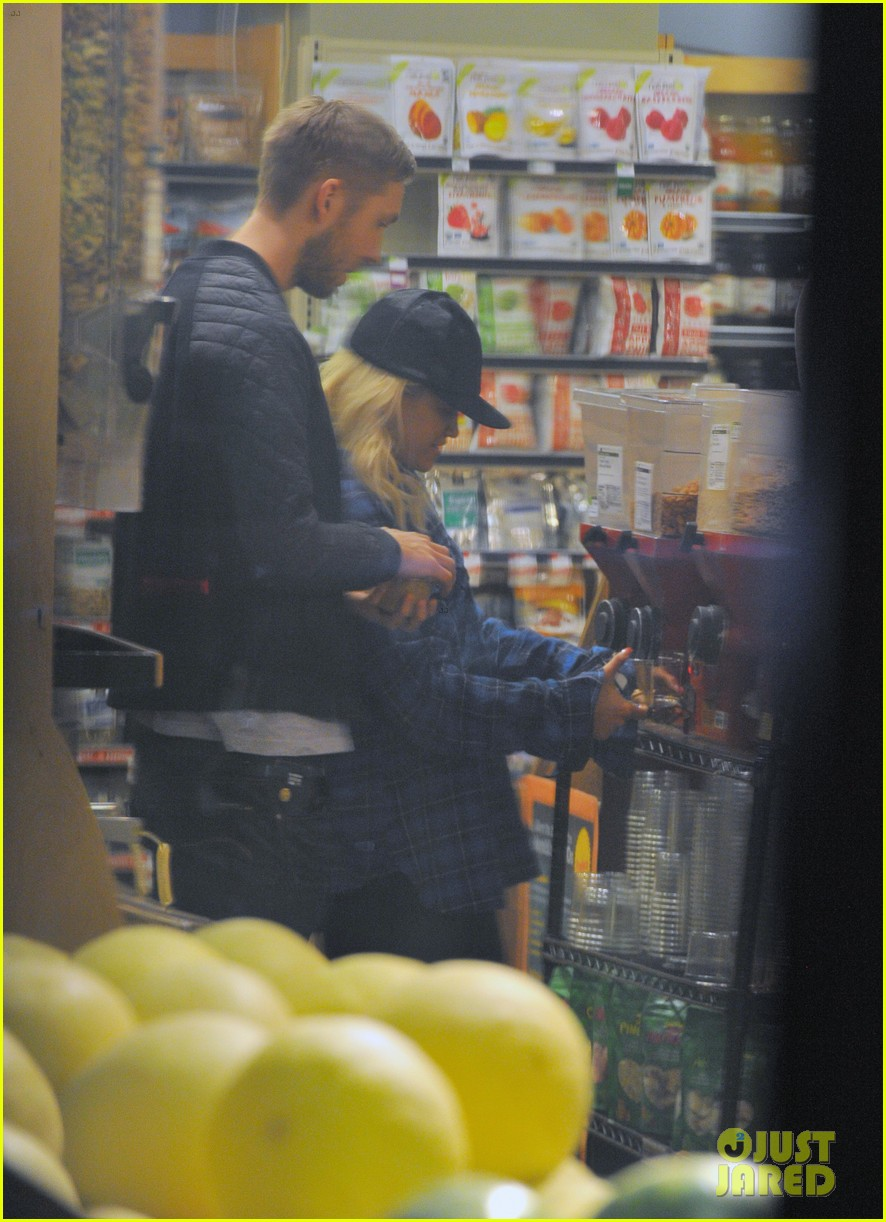 rita ora cant keep her hands off boyfriend calvin harris 253048928