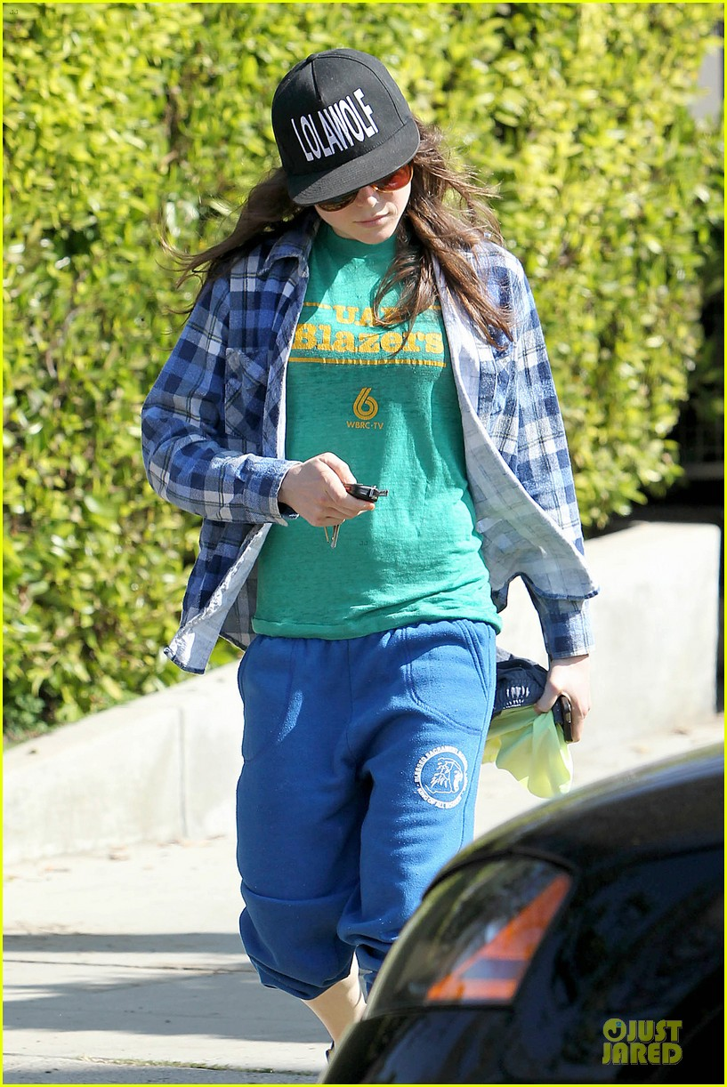 ellen page supports zoe kravitz band lolawolf 073060474