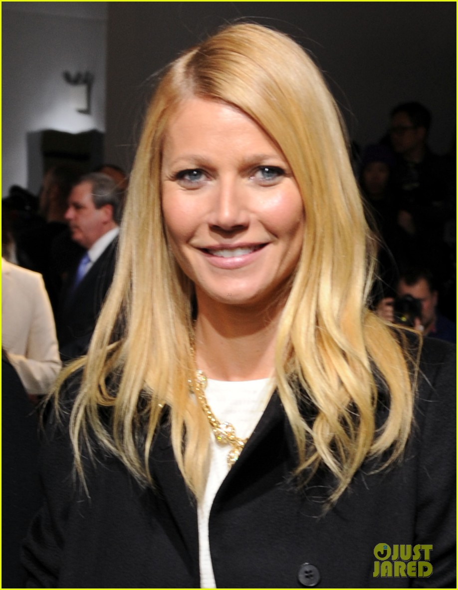 gwyneth paltrow takes selfie with reese witherspoon at boss women show 05