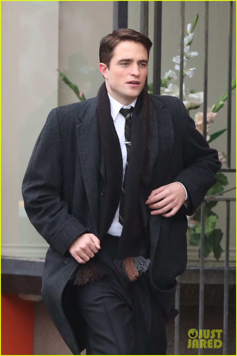 robert pattinson wears his suit well on life set with dane dehaan 05