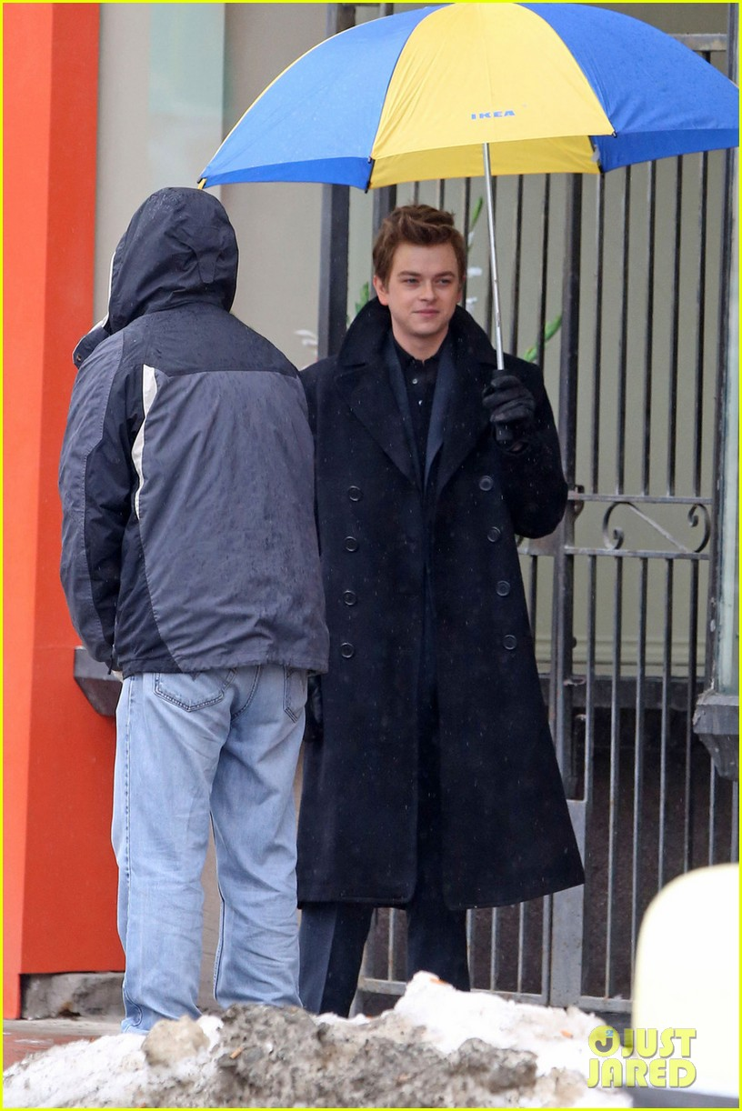 robert pattinson wears his suit well on life set with dane dehaan 093057127