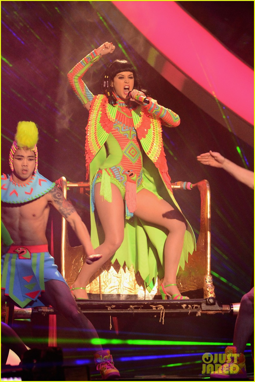 katy perry performs dark horse at brit awards 2014 video 013056362