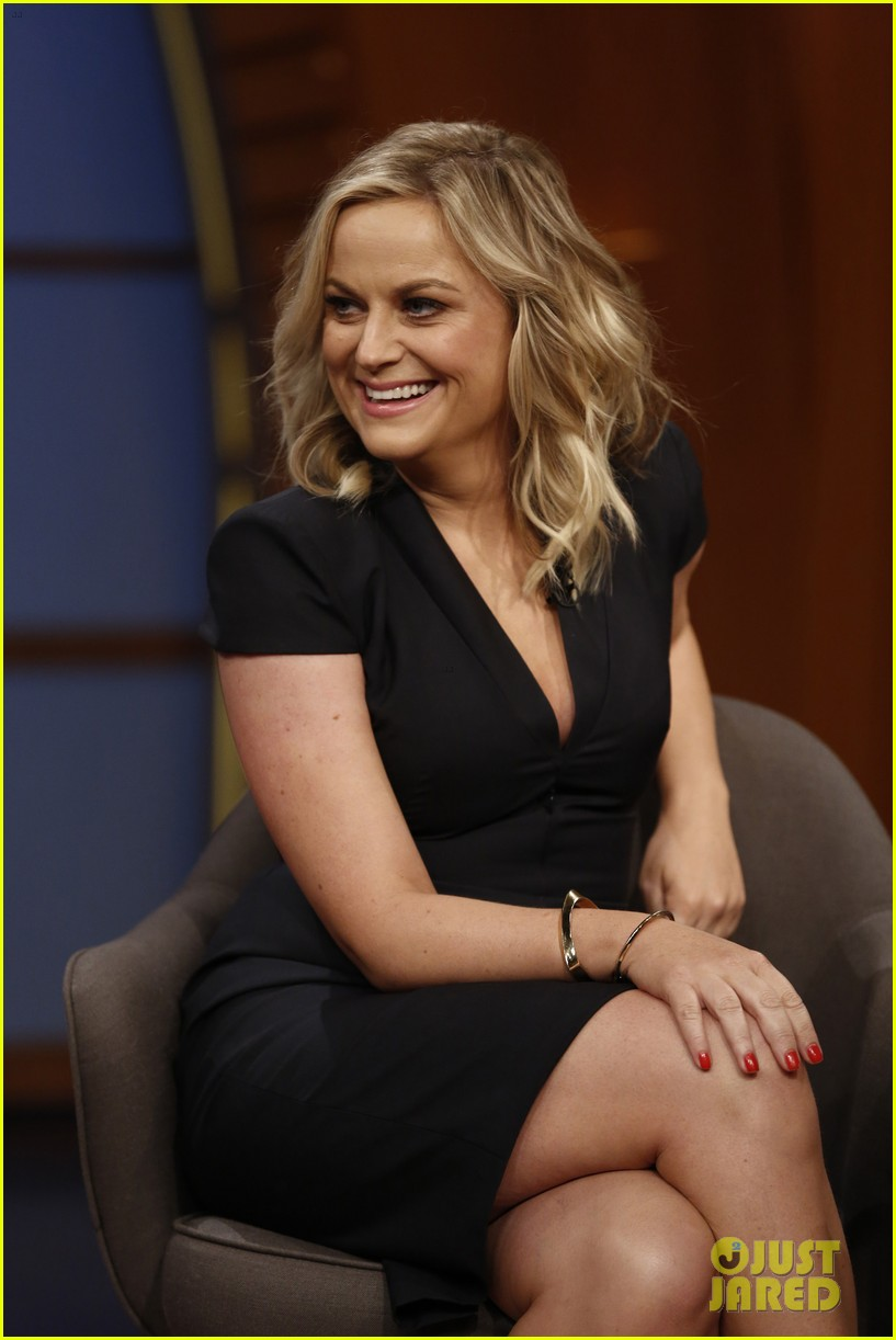 amy poehler visits seth meyers on late night debut 01