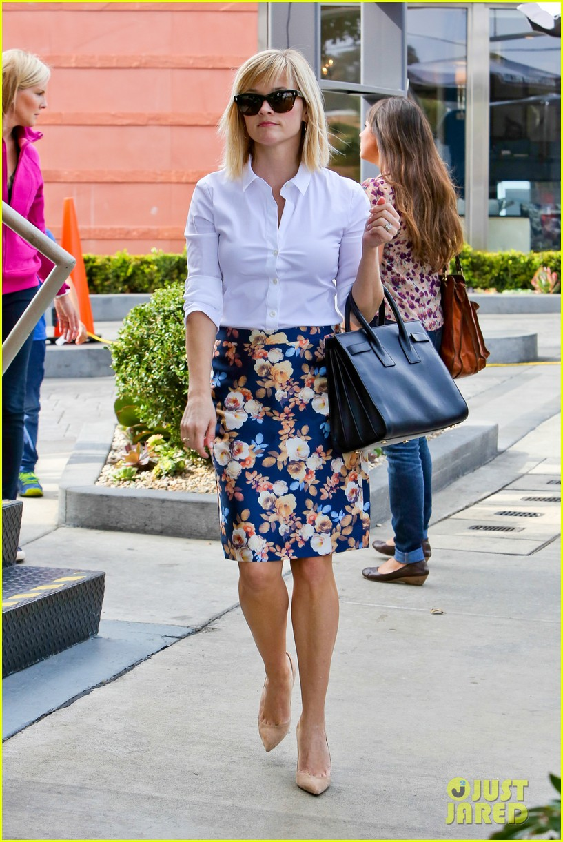reese witherspoon embraces warm la weather after week in new york 033056178