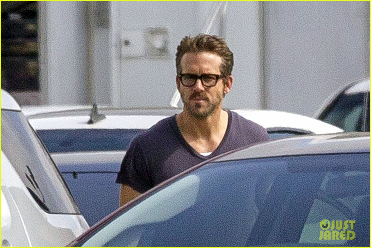 ryan reynolds is geek chic still super hunky on movie set 023057569