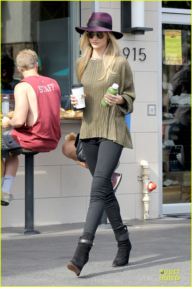 rosie huntington whiteley turns heads with clover juice 033050074