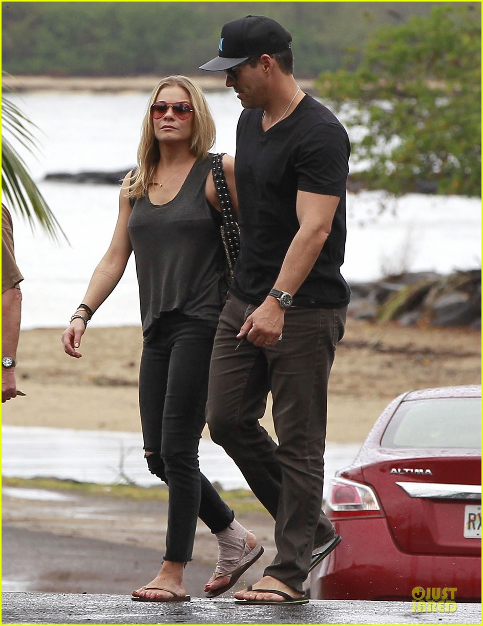 leann rimes sports foot bandage for hawaiian lunch with eddie cibrian 01