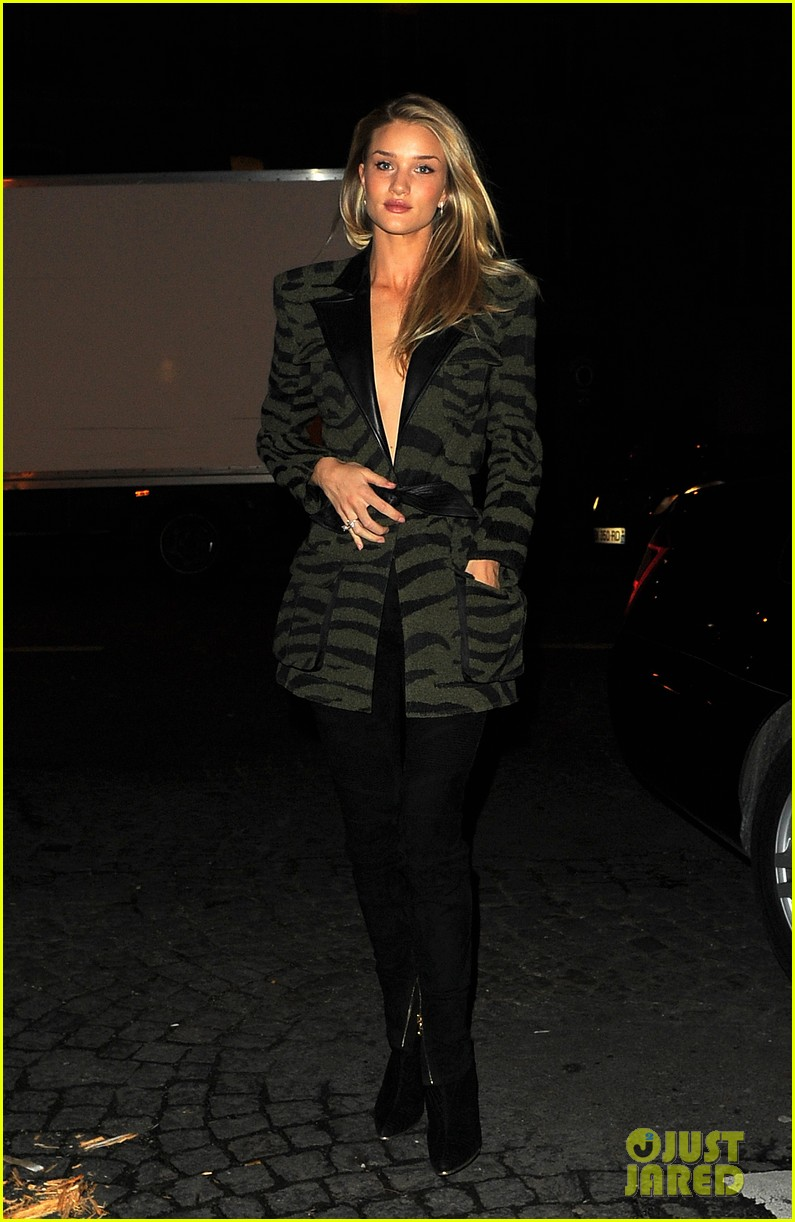 rosie huntington whiteley rocks zebra stripes in paris 03