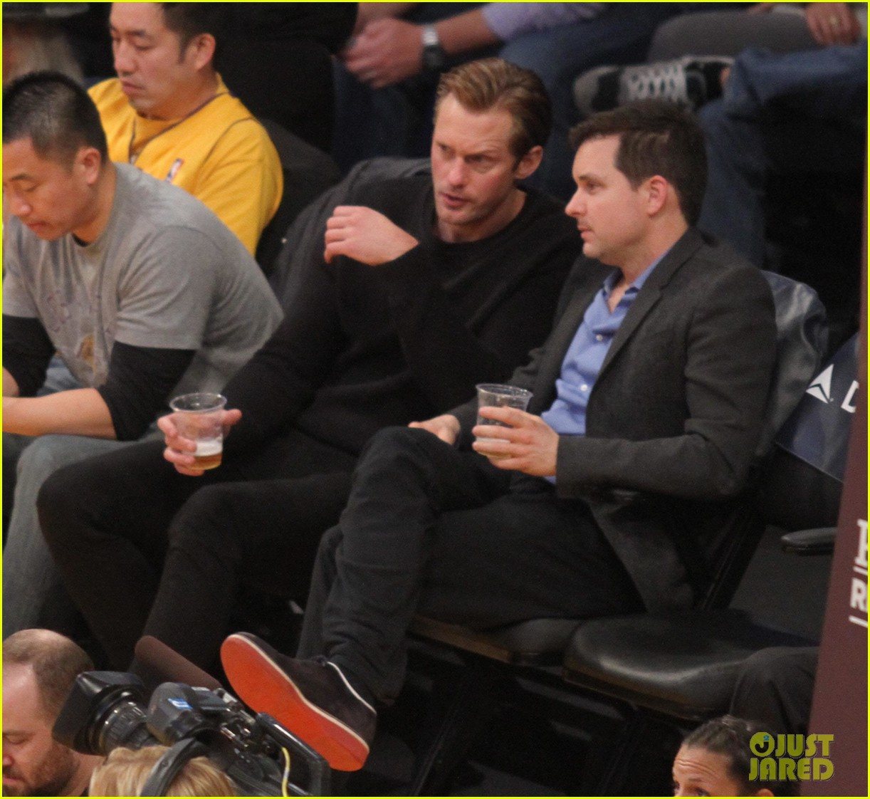 alexander skarsgard sits courtside for the lakers game 03