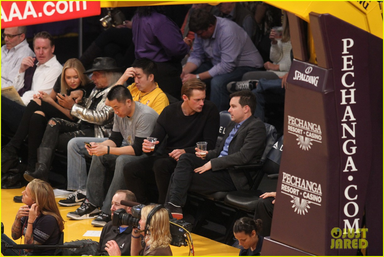 alexander skarsgard sits courtside for the lakers game 06