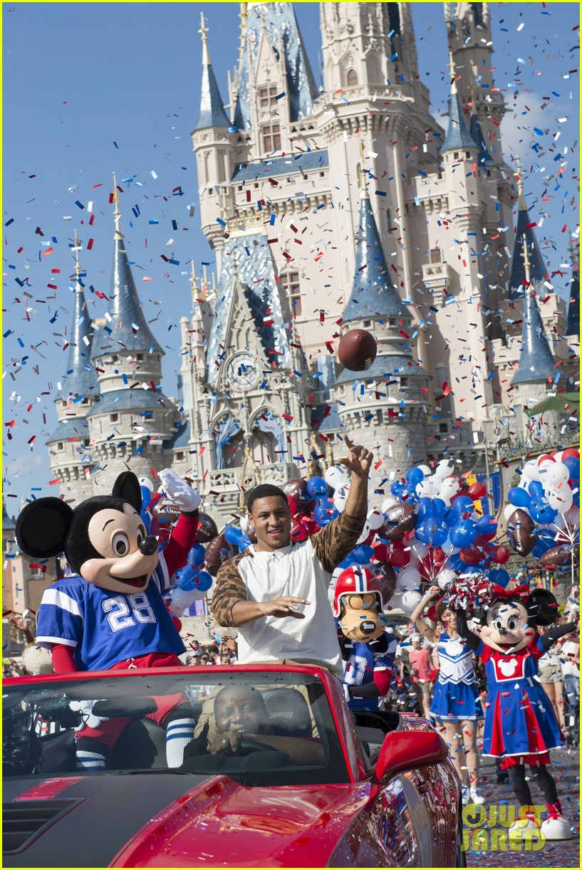super bowl mvp malcolm smith visits disney world after big win 083047000
