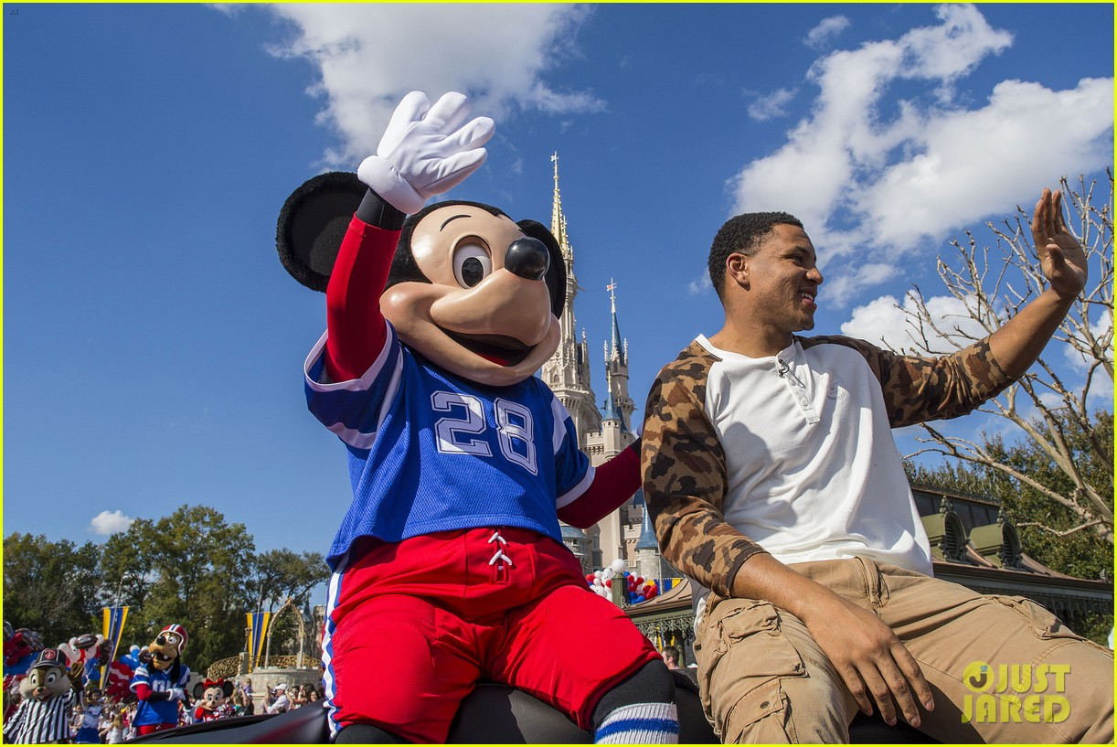 super bowl mvp malcolm smith visits disney world after big win 173047009