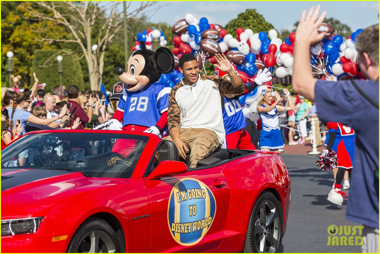 super bowl mvp malcolm smith visits disney world after big win 23