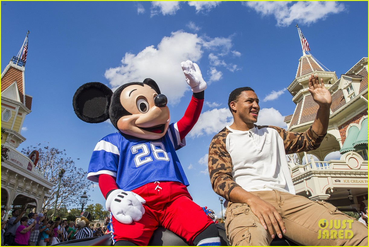 super bowl mvp malcolm smith visits disney world after big win 26