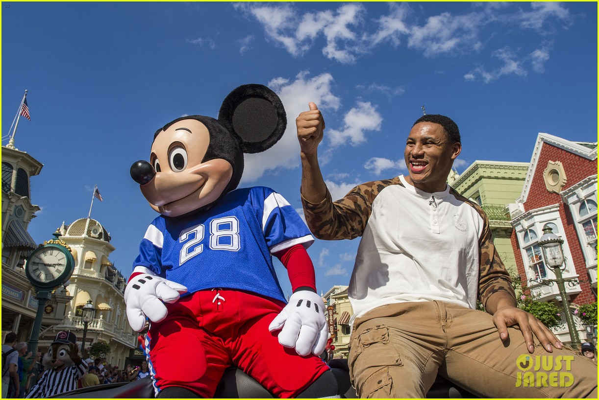 super bowl mvp malcolm smith visits disney world after big win 29