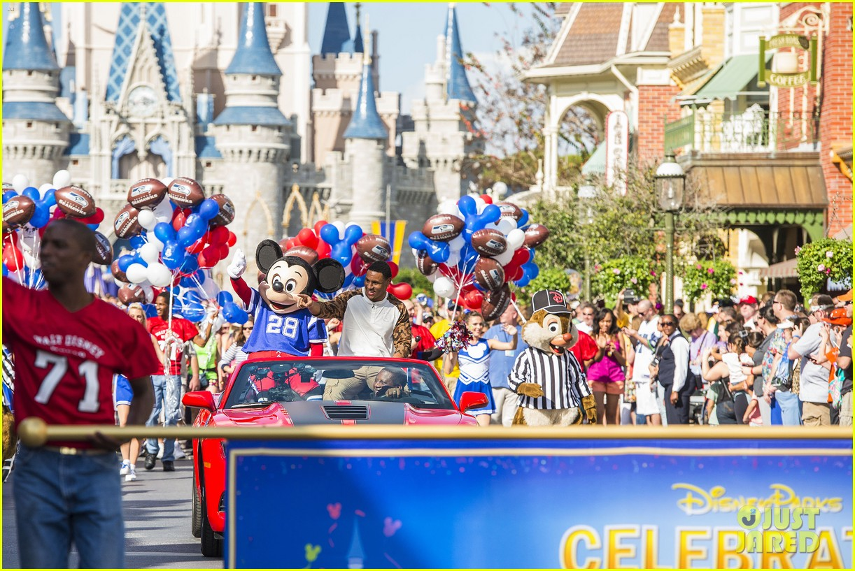 super bowl mvp malcolm smith visits disney world after big win 313047023